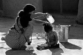 Mère lavant son enfant, Photographe Nitin Khatri, 2007, © OMS