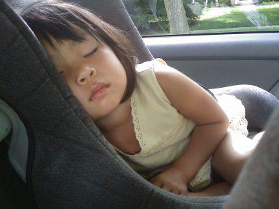 Etre calé dans un siège auto peut limiter la cinétose