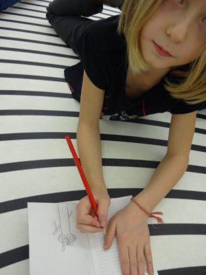 Une fille de 8 ans dessine une oeuvre à l'Institut d'Art Contemporain de Villeurbanne.