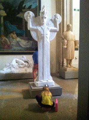 Une fille de 7 ans dessine devant une sculpture de Biegas au musée des Beaux-Arts de Lyon.