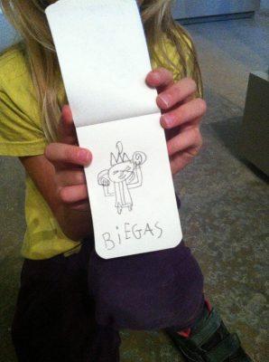 Une petite fille montre son dessin de la sculpture de Biegas au musée des Beaux-Arts de Lyon.sin de la sculture de B