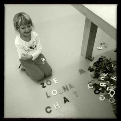 Une fille de 7 ans à l'Institut d'Art Contemporain à Villeurbanne.
