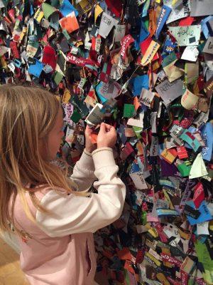 Un fille de 8 ans devant une oeuvre à la Biennale d'art contemporain de Lyon.