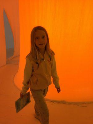 Une fille de 8 ans dans une oeuvre au musée d'Art contemporain lors de la biennale d'art contemporain de Lyon.