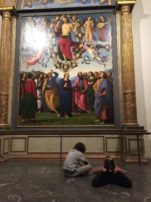 """Deux enfants de 8 ans dessinent devant """"l'Ascension du Christ"""" du Perugin au musée des Beaux-Arts de Lyon."""