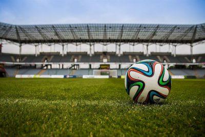 ballon de goot sur un gazon de stade