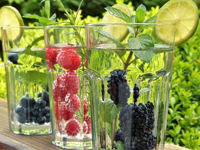 Verres d'eau avec des fruits