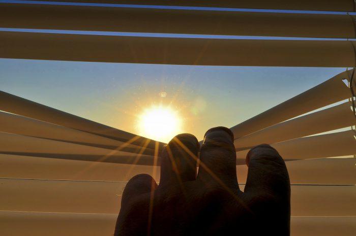 Se protéger du soleil en fermant stores et volets