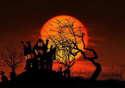 La silhouette d'une maison étrange et inquiétante et un coucher de soleil
