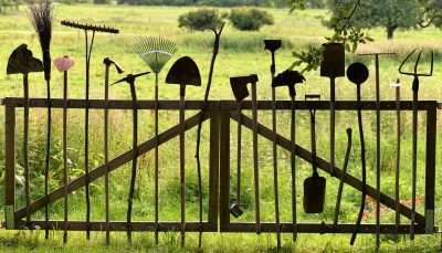 Un portail fait d'outils de jardin
