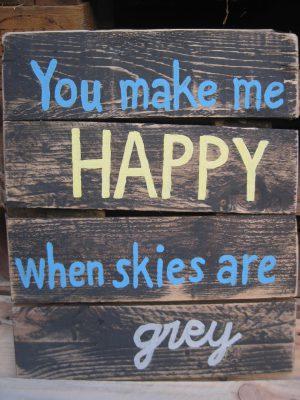 """texte """"you make me happy when skies are grey"""" écrit sur une palette de bois"""