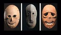 image d'une série de 3 masques du néolithique
