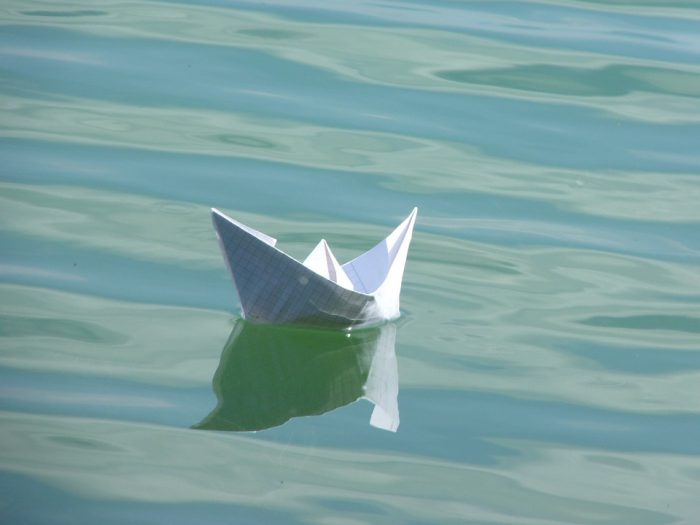 bateau en papier sur l'eau