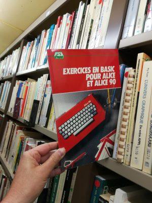 le livre exercices en Basic dans une étagère du silo