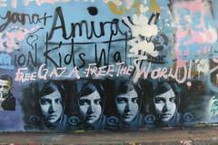 Graffitis et portraits de Malala sur un mur.