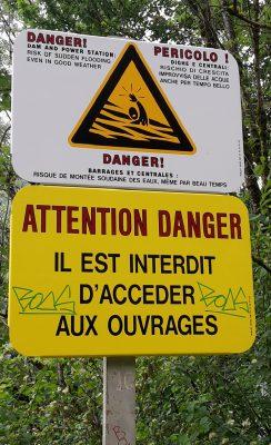 """Un panneau routier de signalisation indique """"Attention Danger Il est interdit d'accéder aux ouvrages"""""""