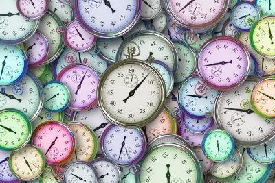 Une multitude de chronomètres de toutes les formes et toutes les couleurs sont empilés les uns sur les autres