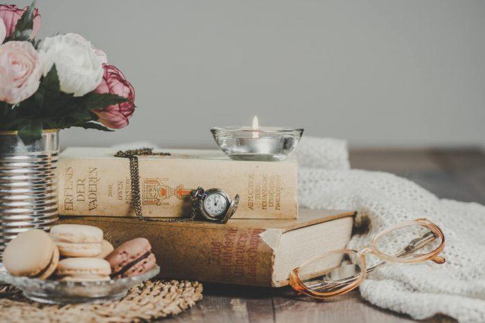 Livres, macarons, fleurs et montre