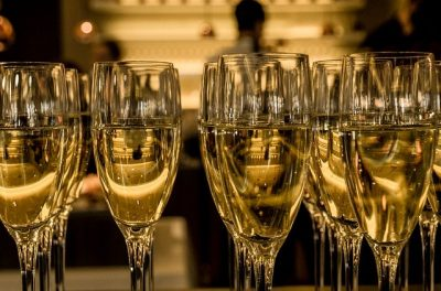 flûtes de champagne en rang d'oignons