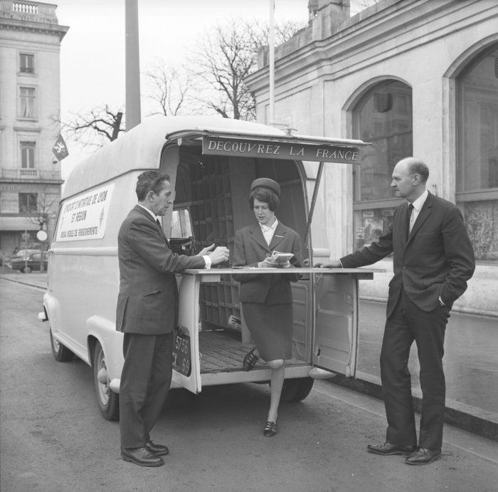 Des hôtesses du syndicat d'initiative. Georges Vermard. 22 février 1962. Bibliotheque municipale de Lyon