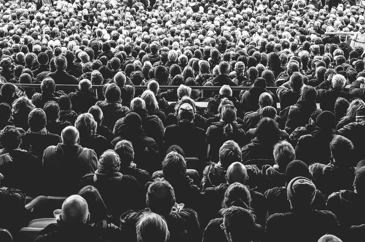 une foule de public qui regarde une scène